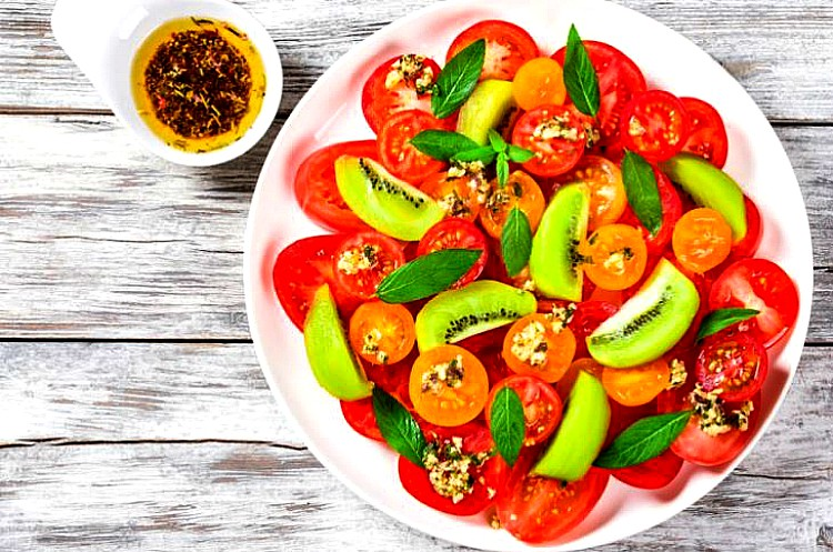 Ensalada de tomate y kiwis