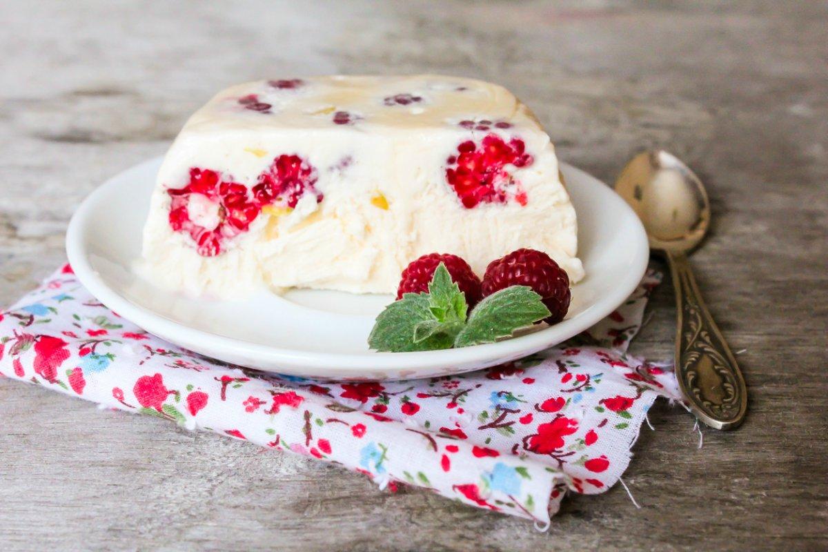 Tarta helada de yogur y frambuesas