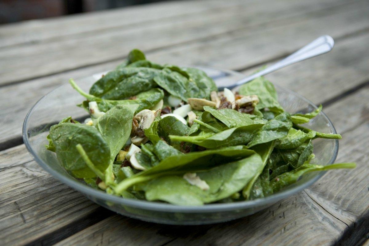 Receta de ensalada de espinacas frescas con champiñones