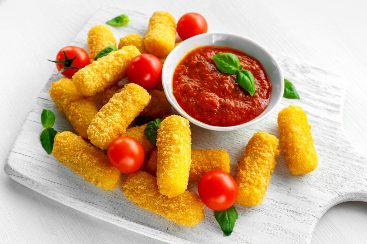Receta de fingers de queso mozzarella caseros al aroma de albahaca