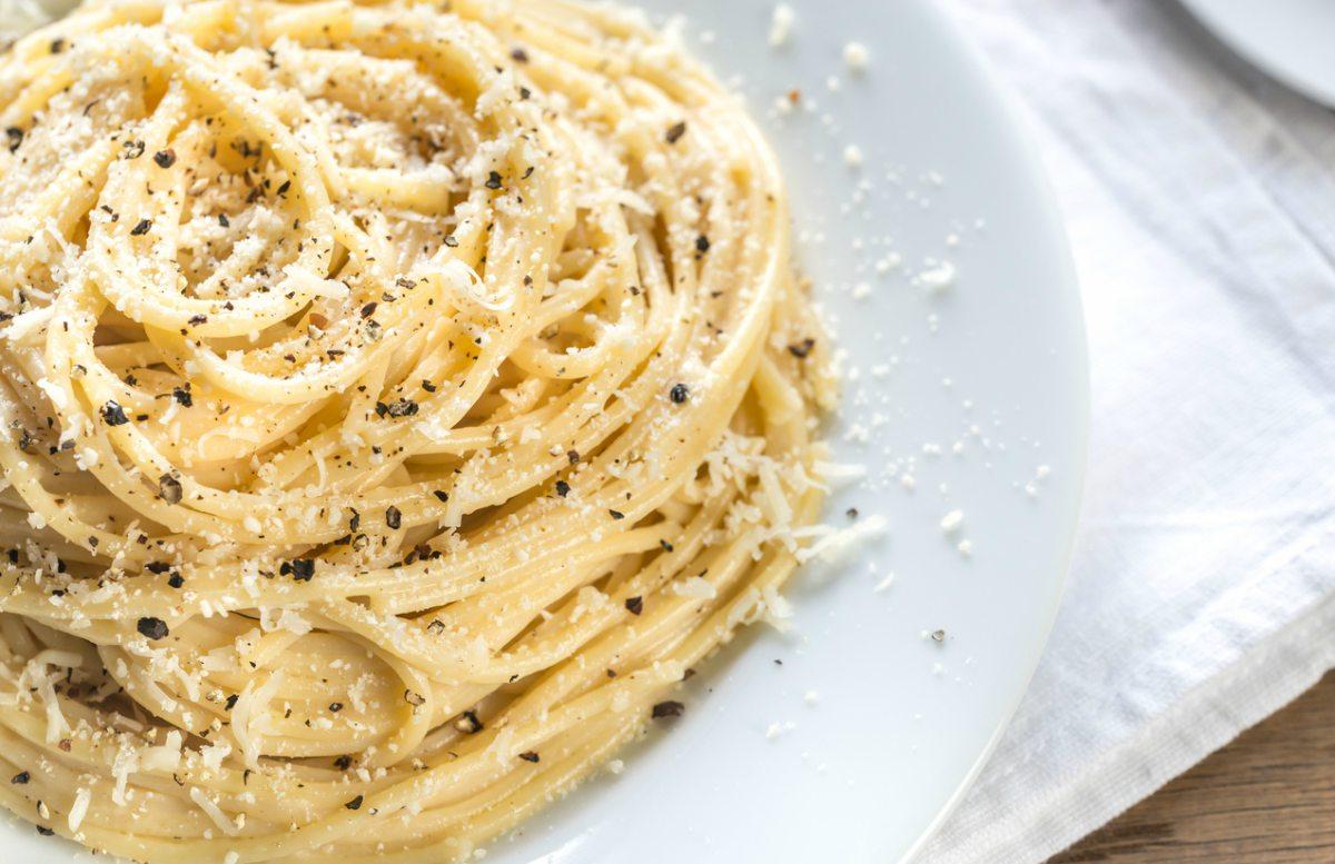 Receta de espaguetis cacio e pepe.