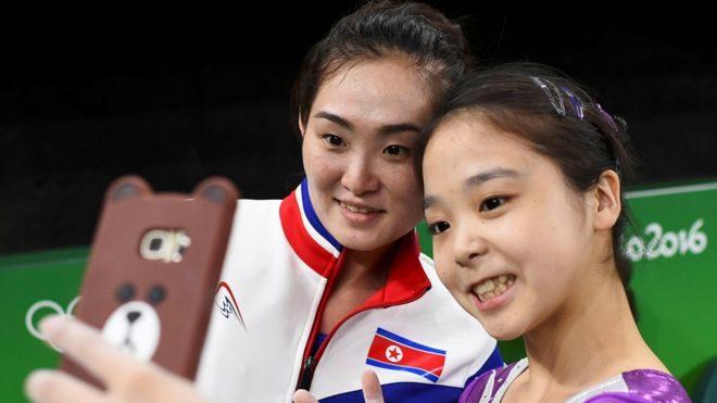 """El autorretrato o """"selfie"""" entre las gimnastas Lee Eun-ju, de Corea del Sur, y Hong Un-jong, de la dictatorial Corea del Norte, ha sido lo más cercano a un gesto de apertura y del espíritu olímpico de acercamiento entre naciones."""