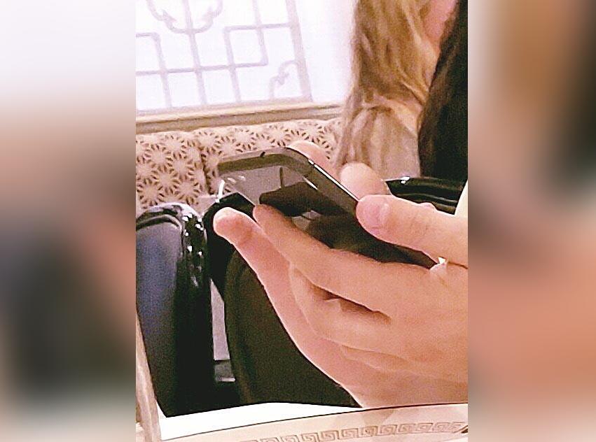 Además de recreaciones digitales, recientemente se ha filtrado una imagen en la que presuntamente se ve el próximo teléfono de Google fabricado por HTC, el Pixel, que se distingue por la gran ventana de cristal posterior.