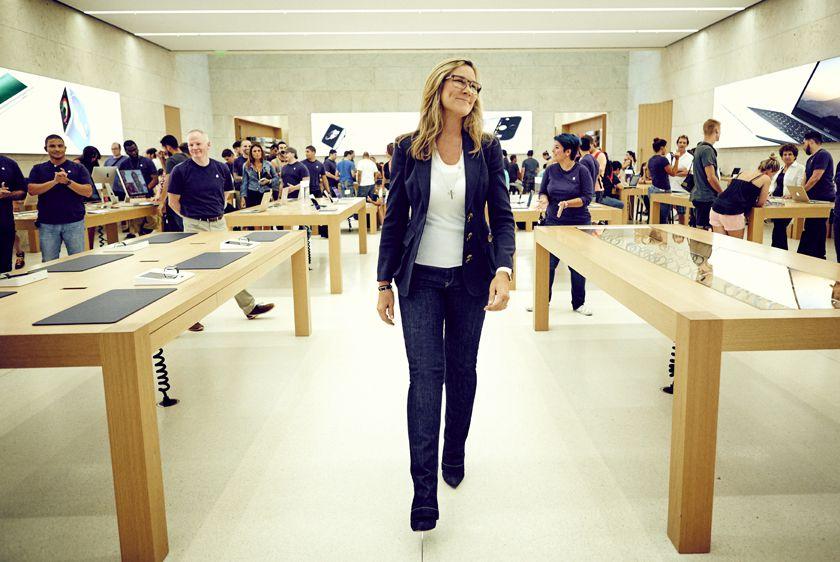 """Angela Ahrendts, ex CEO de la firma de moda Burberry y responsable de todo el negocio de """"retail"""" y tiendas online de Apple."""