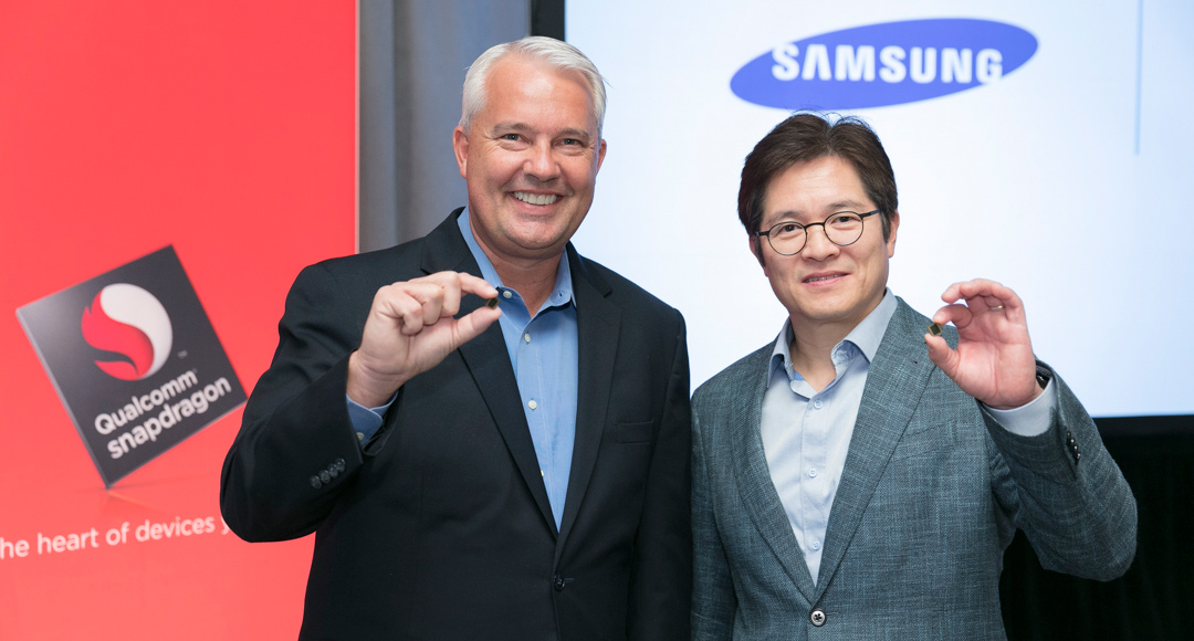 Keith Kressin, vicepresidente de productos de Qualcomm (izquierda) junto con Ben Suh, responsable de marketing de las fábricas de semiconductores de Samsung