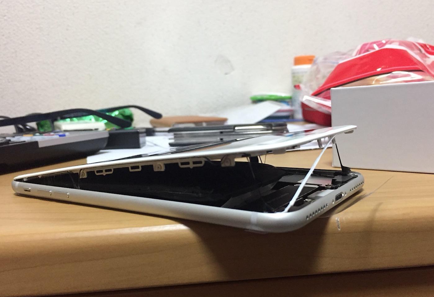 Al menos dos usuarios han hecho públicas imágenes de su iPhone 8 con la pantalla desprendida por una batería defectuosa