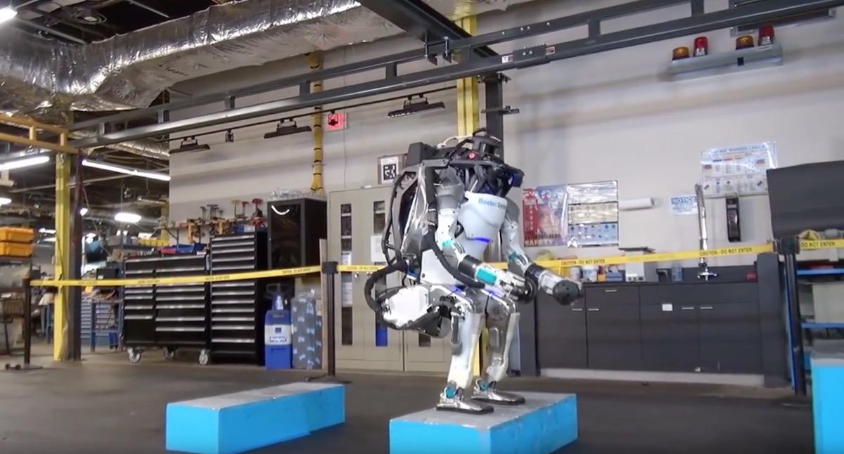 El robot Atlas de Boston Dynamics ya puede dar mortales en el aire como un gimnasta