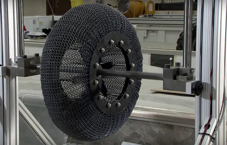 """La nueva rueda metálica de la NASA combina un filamento en forma de muelle con una """"aleación de memoria de forma"""""""