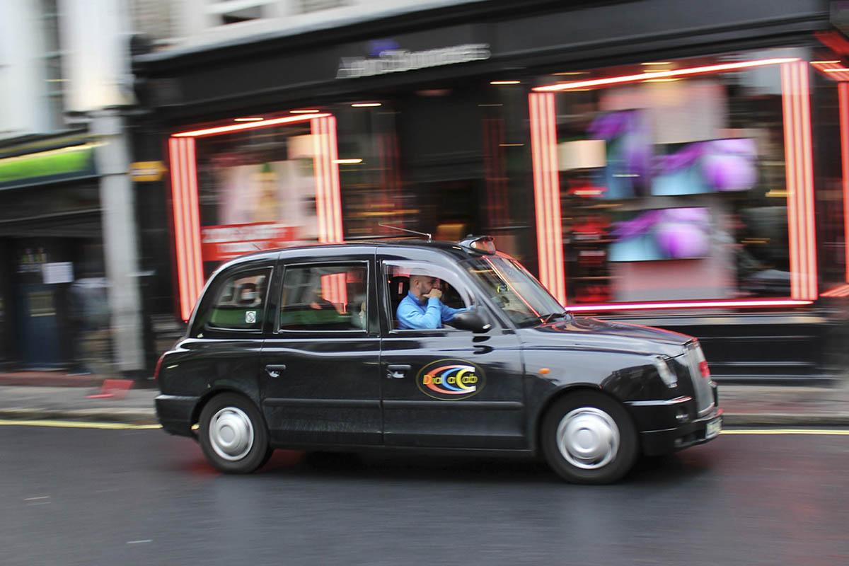 Conducir por la izquierda y no morir en el intento – Carlos ZGZ – Visual Hunt – CC BY