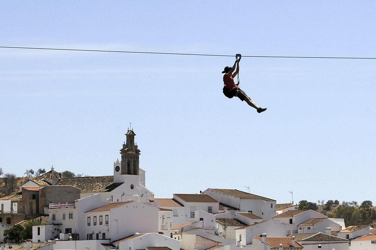 Viaja de España a Portugal (y en el tiempo) en tirolina
