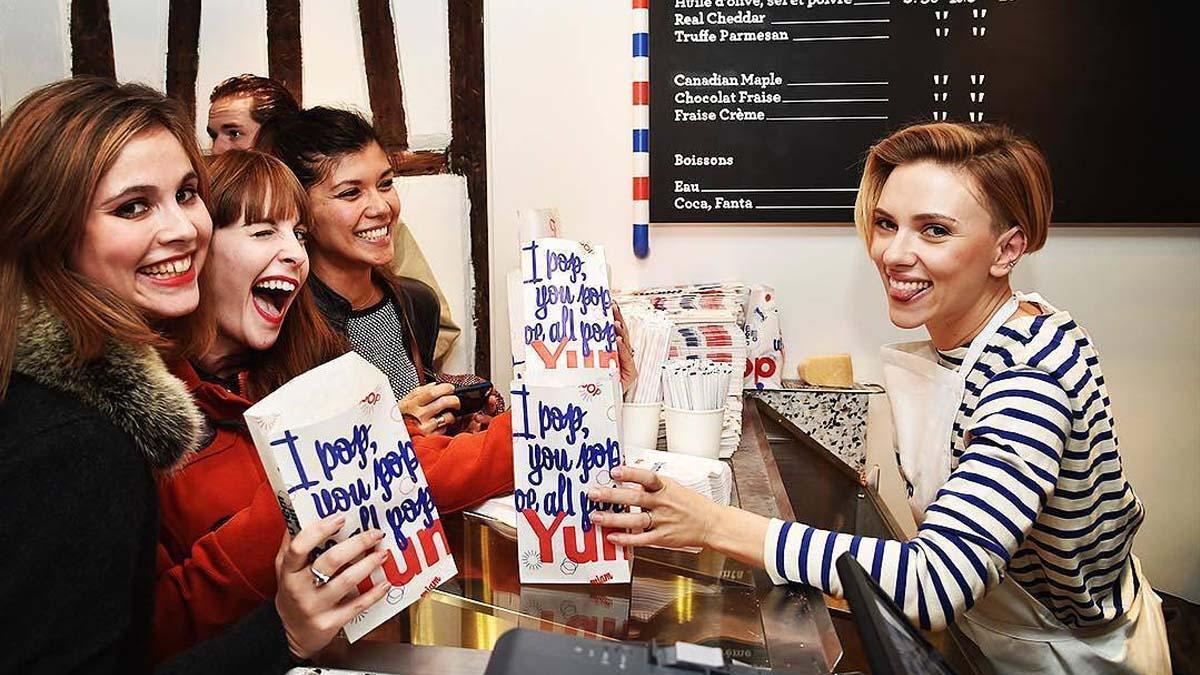 Scarlett Johansson vende palomitas en París