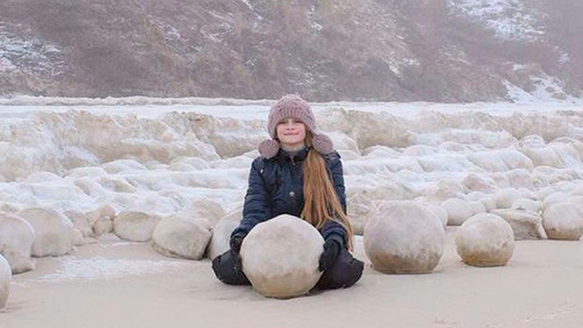 Extrañas esferas de hielo aparecen en una playa de Siberia