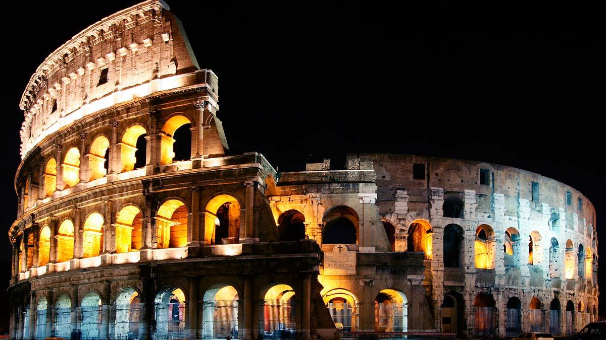 El Coliseo Romano abre sus puertas a todo aquel turista o habitante que quiera presenciar la espectacularidad de esta obra maestra al caer la noche.