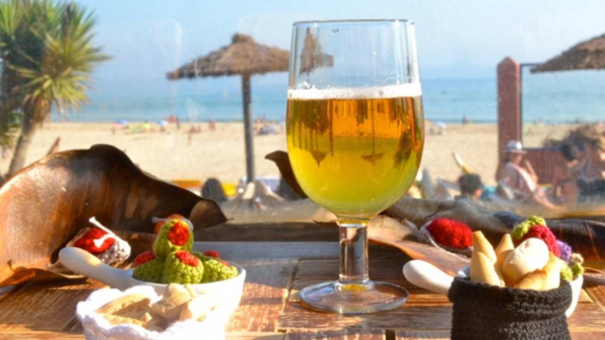 Los chiringuitos, esos bares tan típicos de la costa española que encandilan a todo turista.