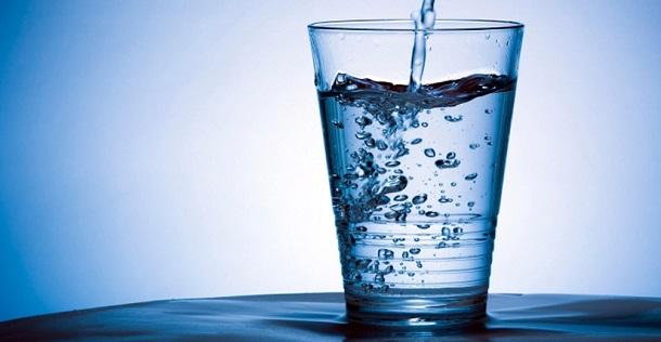 beber agua con gas es bueno o malo