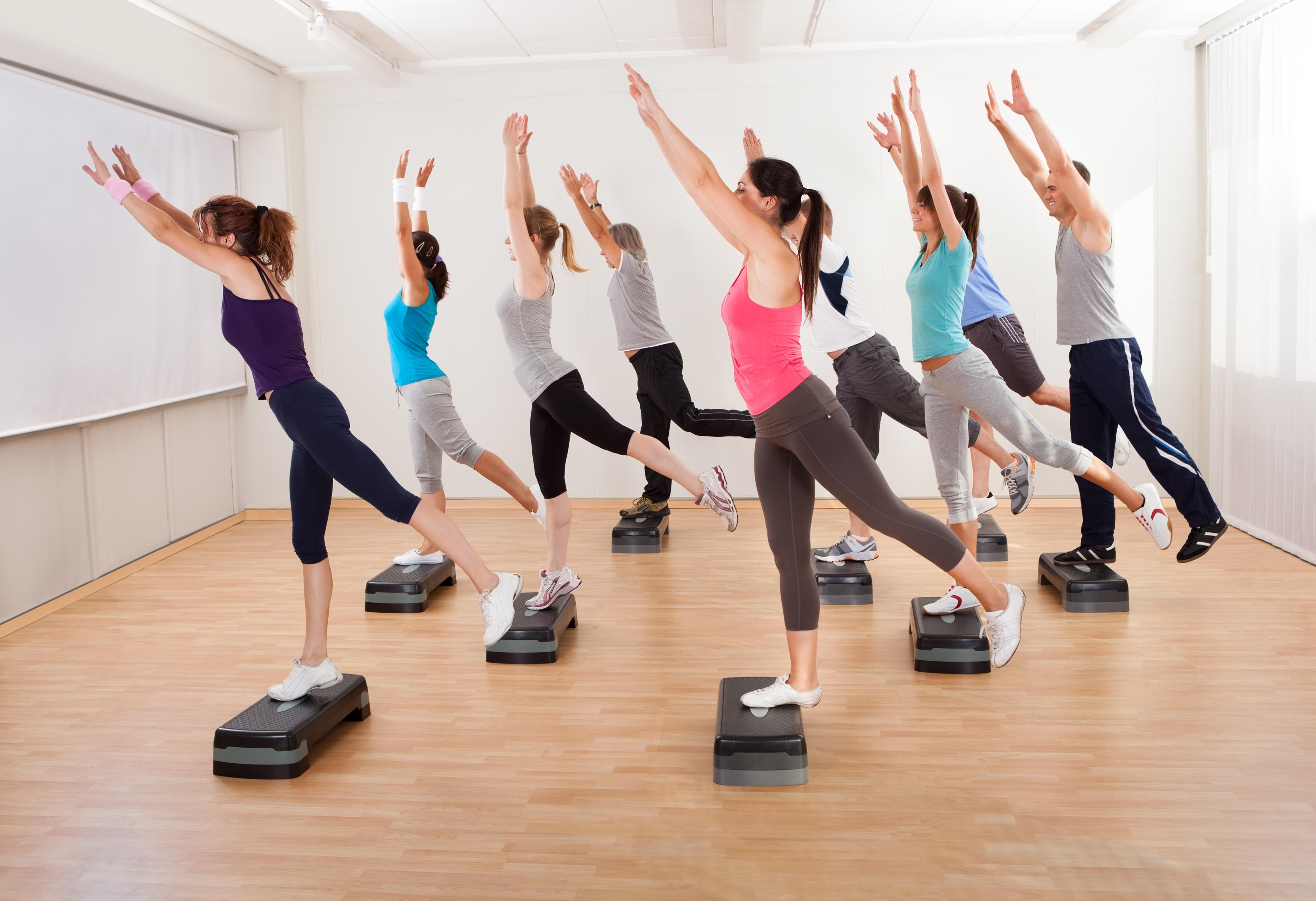 mujeres-haciendo-aerobics
