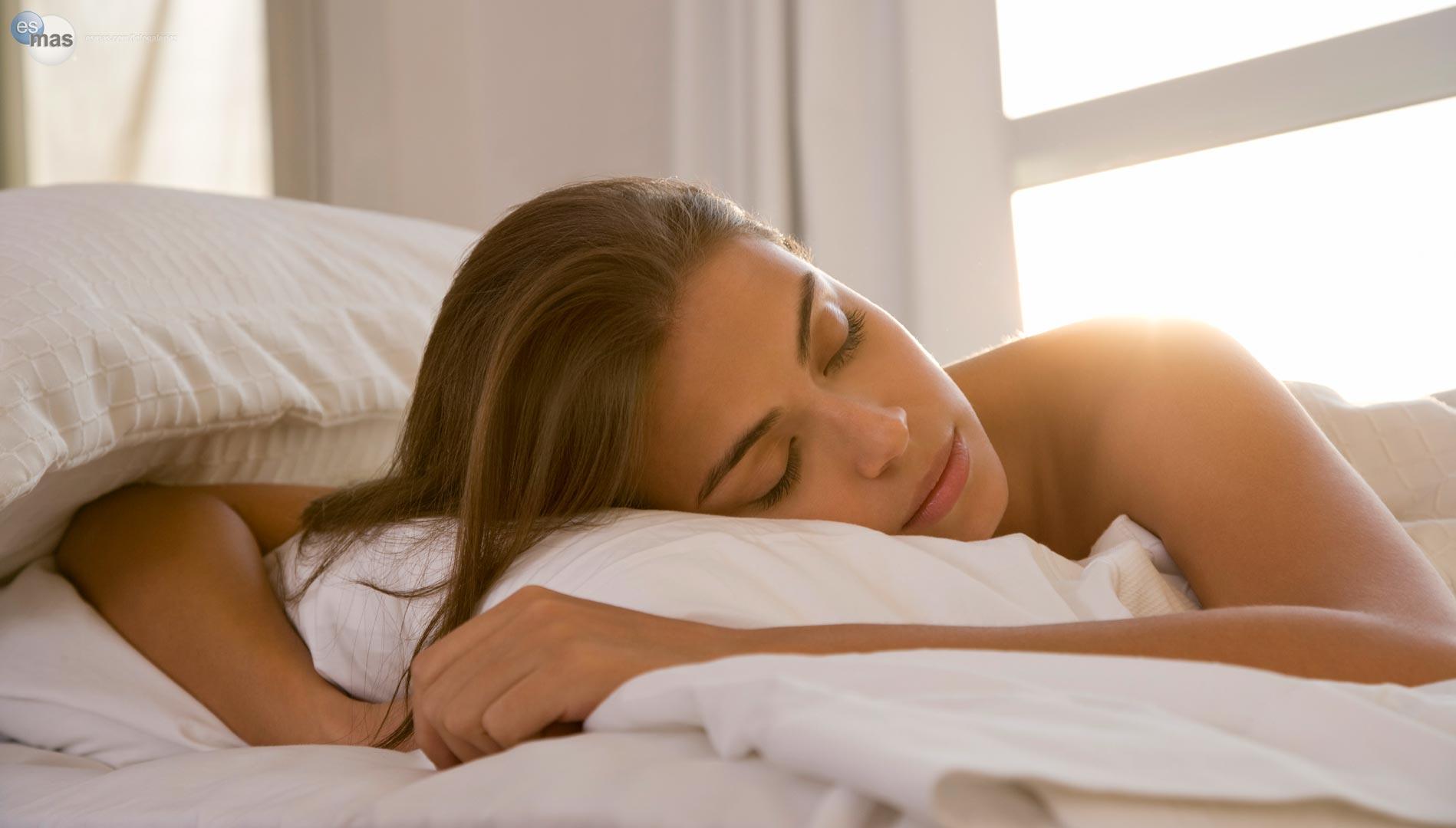 Dormir boca abajo es la postura menos aconsejada por los expertos.
