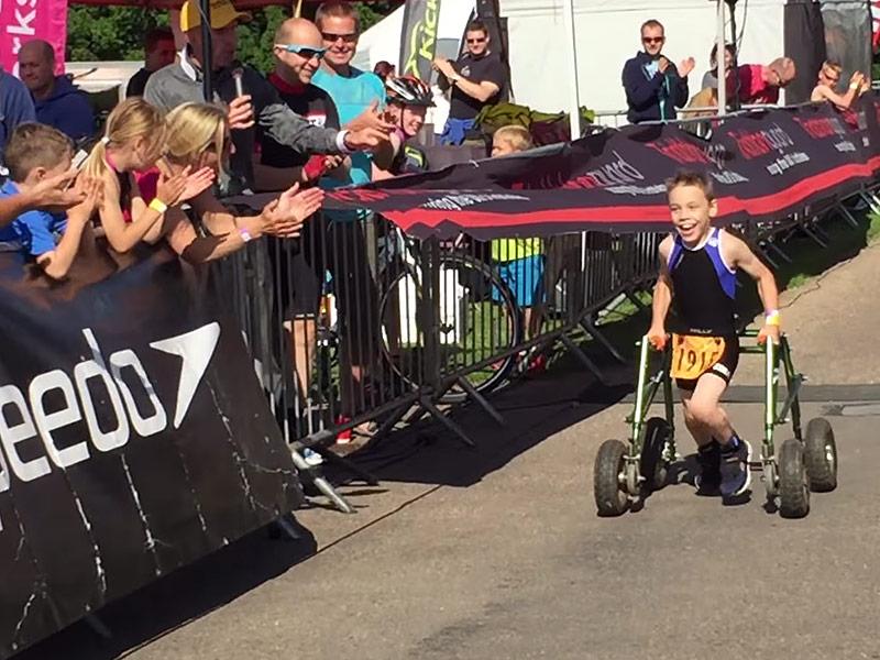 Un niño de 8 años con parálisis cerebral concluye un triatlón