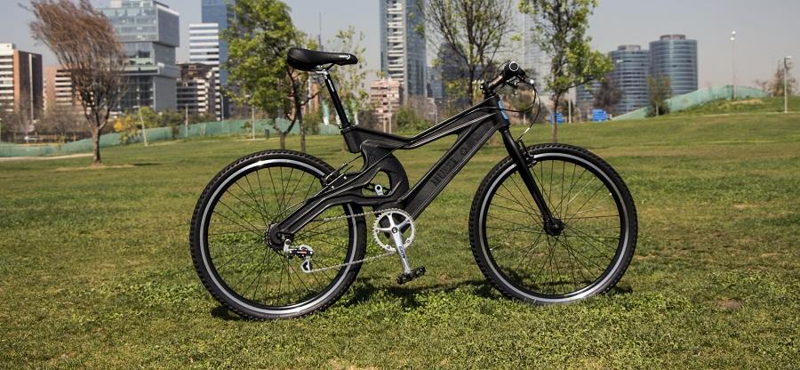 Una bicicleta fabricada con las botellas de plástico recicladas
