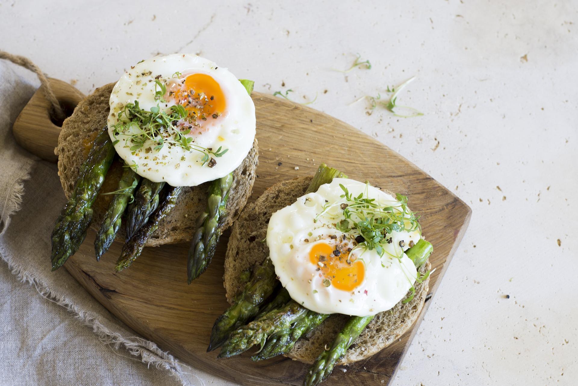 La clara de huevo destaca por su alto contenido proteico.