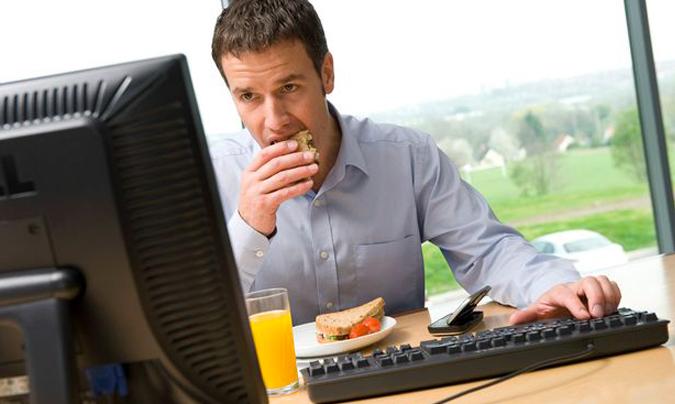 Comer-en-el-trabajo-puede-perjudicar-la-salud
