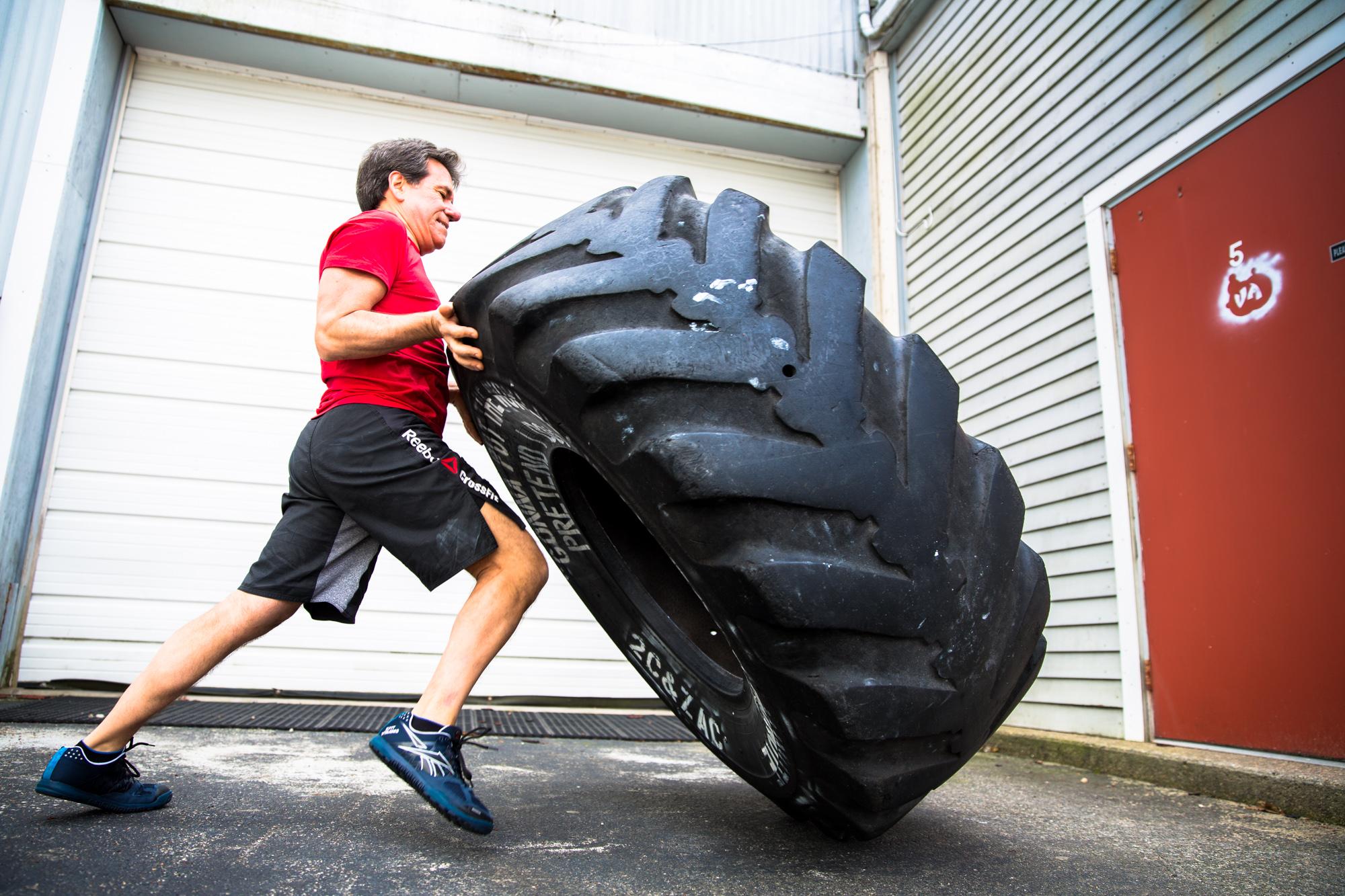 ¿En qué consiste el volteo de neumático o tire flip?