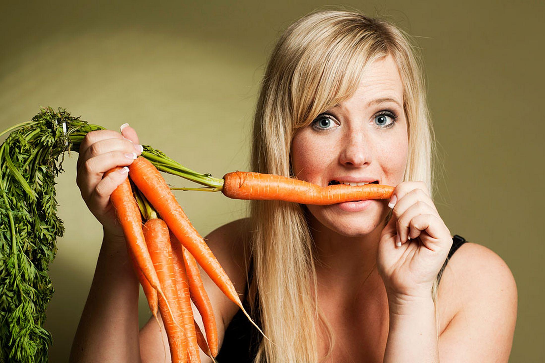 Personas-comiendo-zanahorias-2