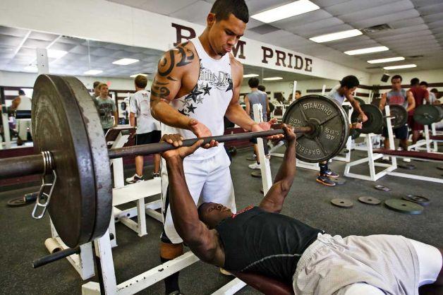 Cómo debe ayudarnos el compañero de entrenamiento en el gimnasio
