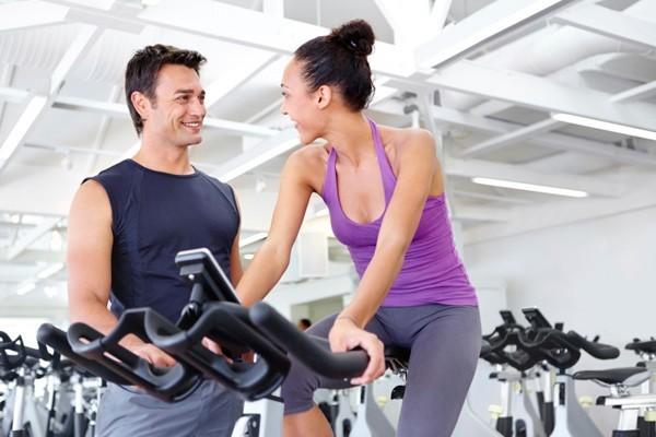 instructor-de-gym-ligando