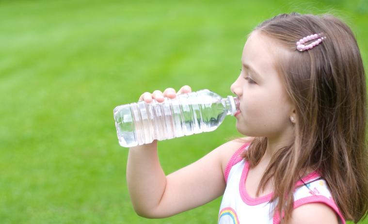 nina-tomando-agua