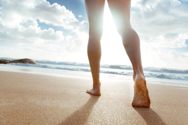 Caminar descalzo por la playa