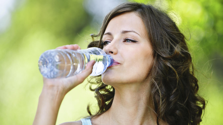 porque el agua ayuda a quemar grasa