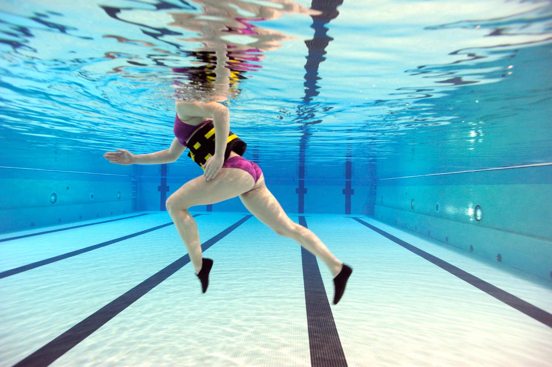 puedo bajar de peso haciendo natacion