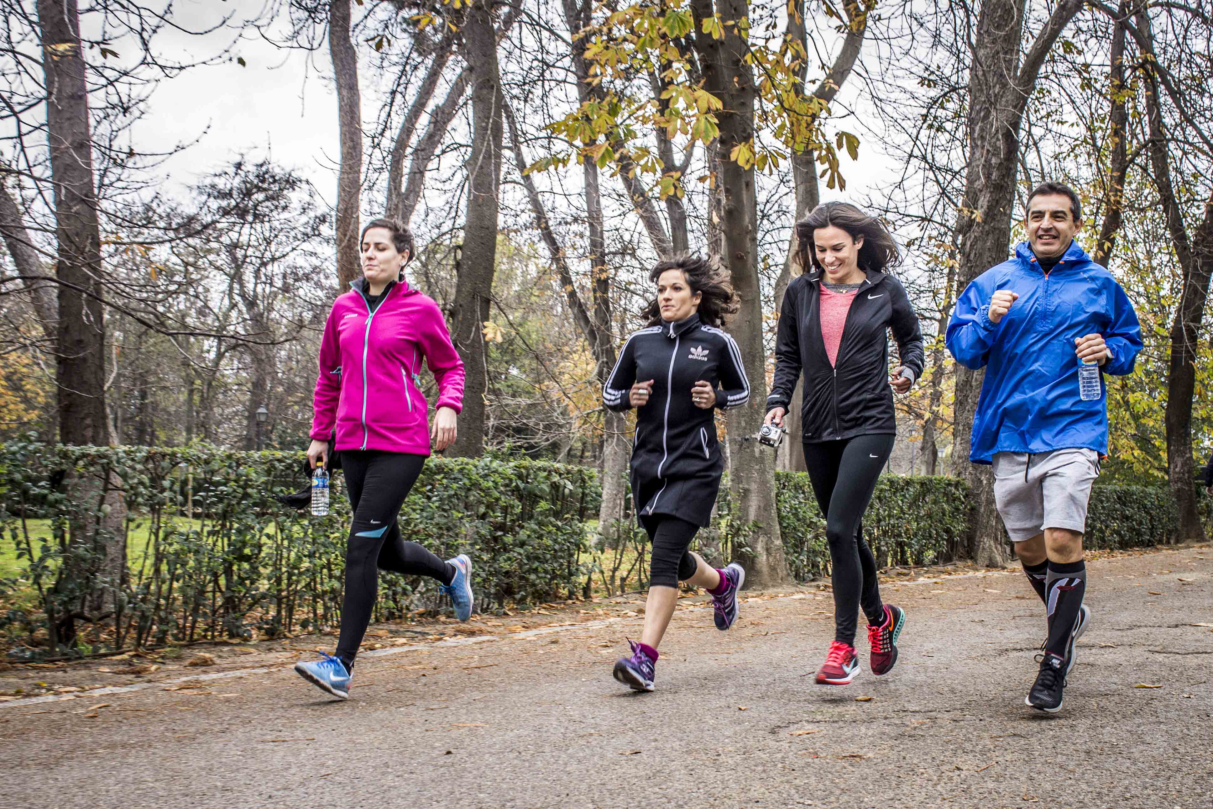 Personas corriendo en el Parque del Retiro (Madrid)