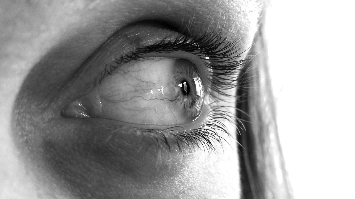 Mancha de sangre en el ojo de un nino
