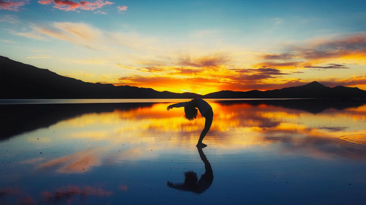 El saludo al sol es uno de los movimientos más famosos del yoga