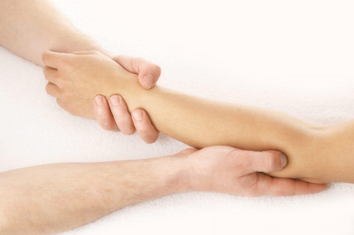 mostrando dolor en el brazo y las venas
