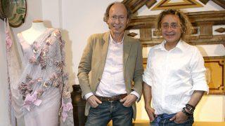 Los diseñadores Victorio y Lucchino, en su taller de Sevilla (Gtres)