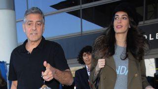George Clooney y Amal en el aeropuerto de Los Ángeles (Gtres)