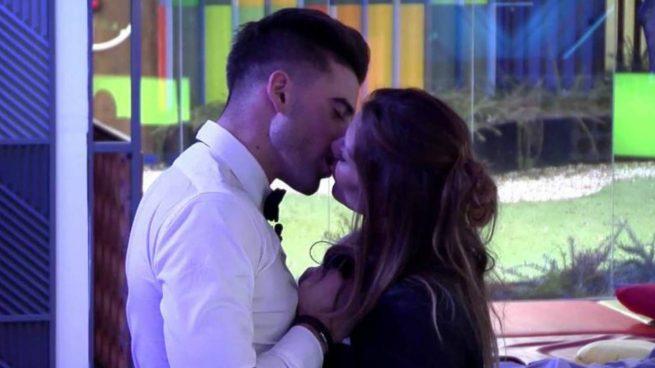 Ivonne Reyes y Sergio Ayala sellan su atracción con un beso en San Valentín