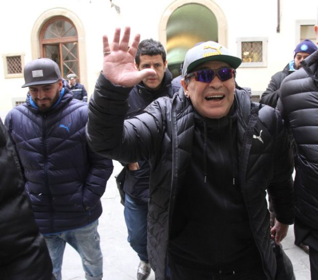 Alarma por el estado de salud de Maradona: casi no puede caminar