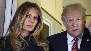 Donald y Melania Trump atienden a la prensa durante un vuelo en el Air Force One / Gtres