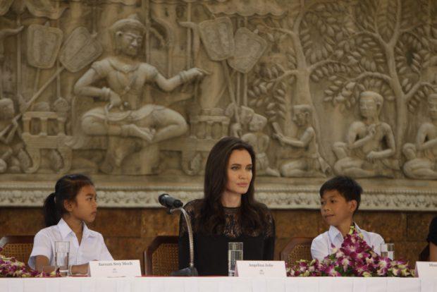 """Angelina Jolie, sobre su divorcio de Brad Pitt: """"Lo superamos y somos una familia"""""""