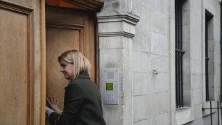 La infanta Cristina entrando en el portal de su casa en Ginebra / Gtres