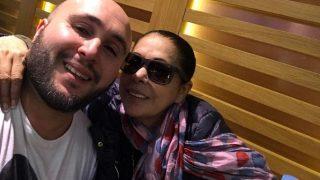 Isabel Pantoja con su hijo haciéndose 'selfies' en el aeropuerto (Instagram)