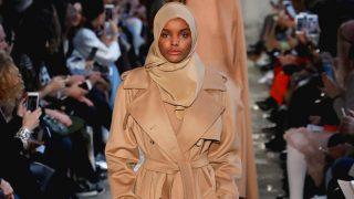 Halima Aden desfilando con hijab / Gtres