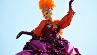 Las calles de las ciudades de medio mundo se llenan de color con la llegada del Carnaval. / Gtres