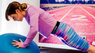 Plank con bola de pilates / Gtres
