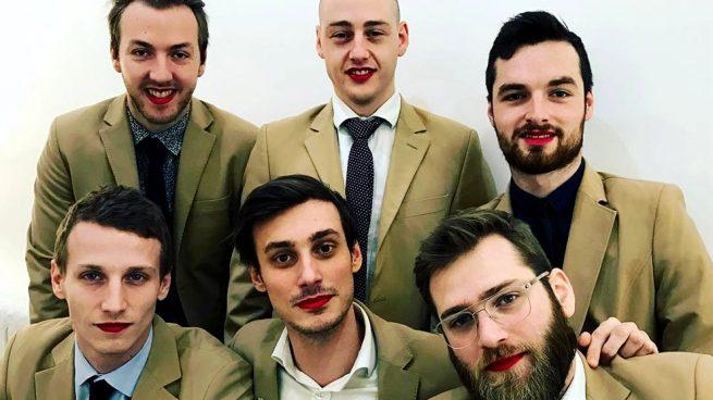 hombres labios rojos