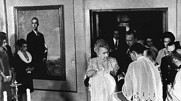 La reina Victoria Eugenia sostiene en brazos a su bisnieto, Don Felipe durante su bautismo en el Palacio de la Zarzuela (Gtres)